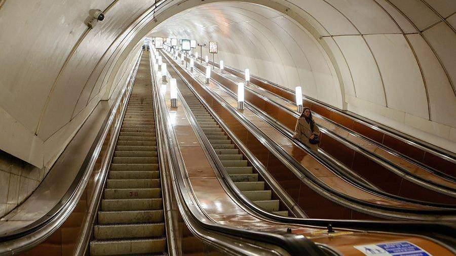 Вмосковском метро сэскалатора упали семь туристов изКитая
